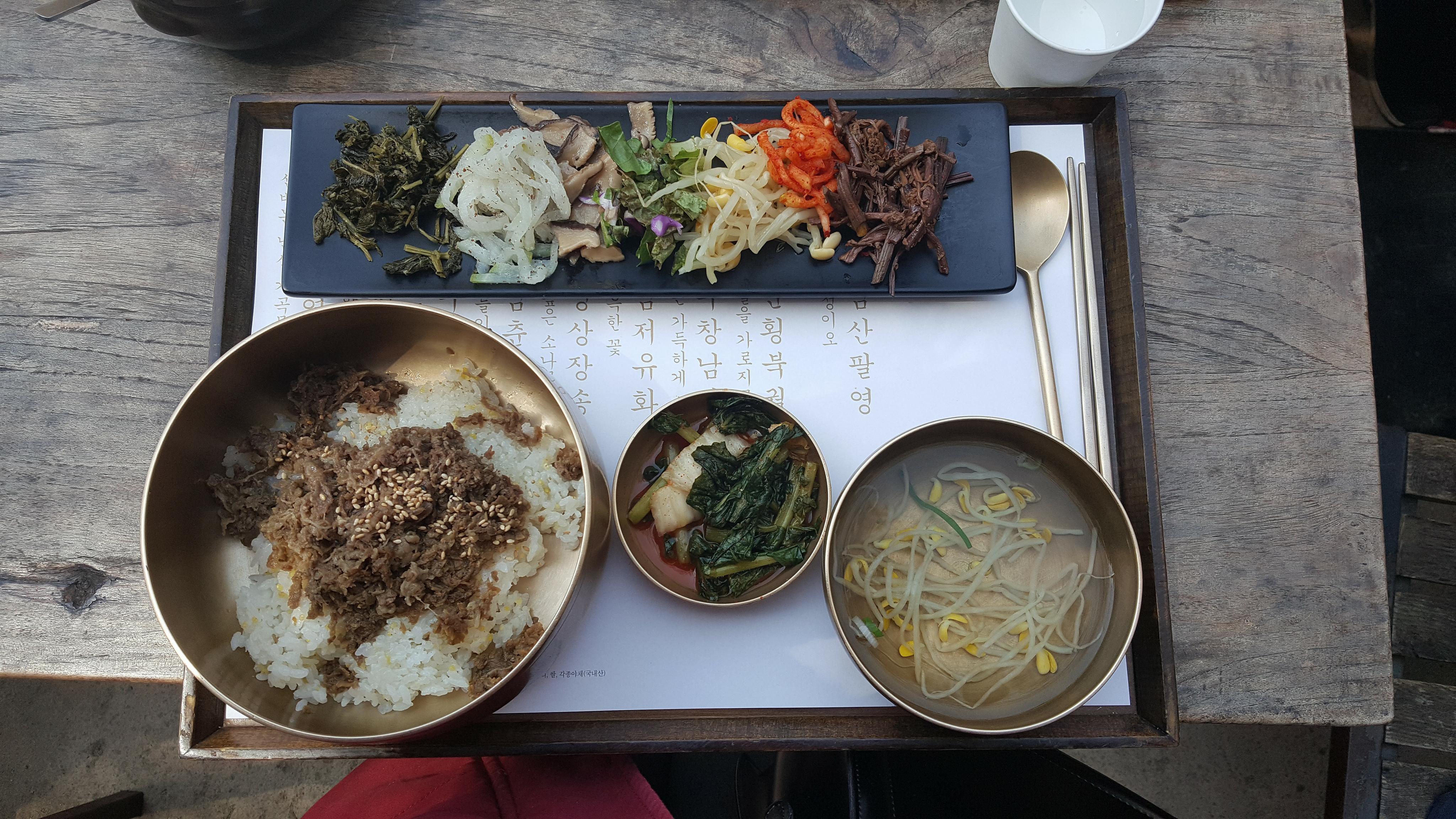 Bibibap ở lưng chừng Namsan, giá 12.000 won/bát.