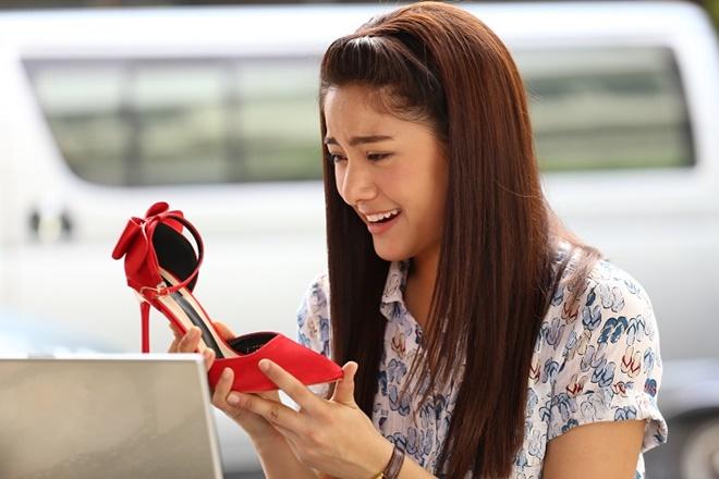 Cô gái nhà nghèo Prim nuôi ước mơ trở thành nhà thiết kế giày nổi tiếng và được vào làm trong công ty P.Paul.