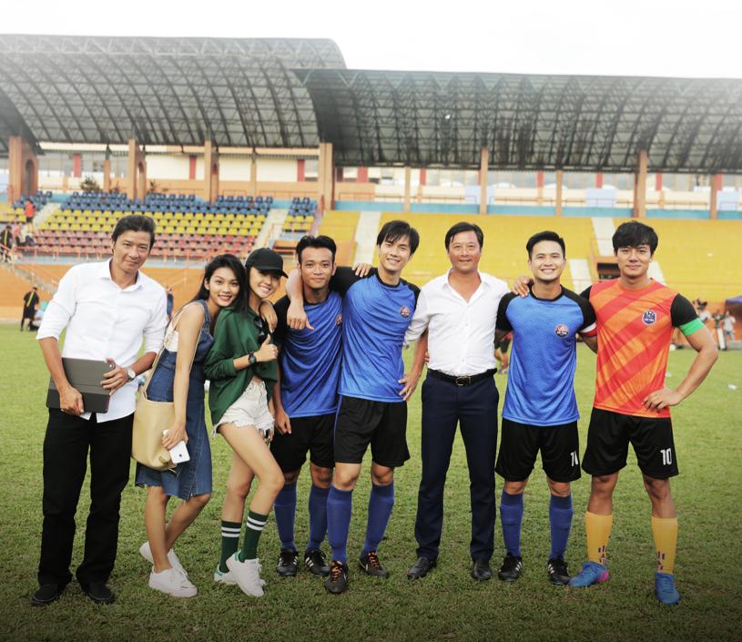 Cựu danh thủ Lê Huỳnh Đức cùng dàn diễn viên trong phim.