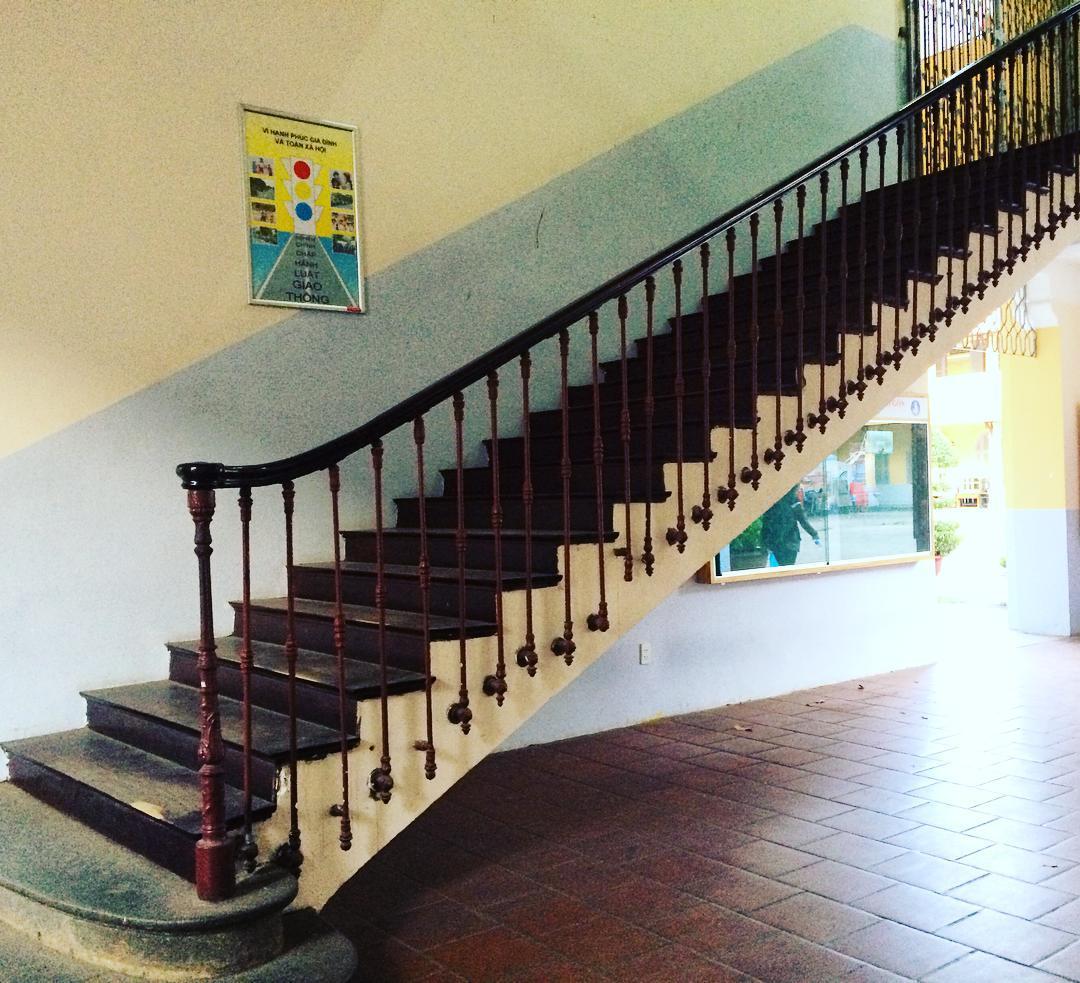 Chiếc cầu thang sắt cổ trăm tuổi đã gánh bao bước chân sinh viên vẫn còn nguyên vẹn.
