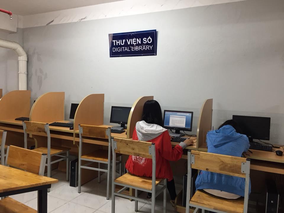 Sinh viên sử dụng máy vi tính phục vụ việc học tập.