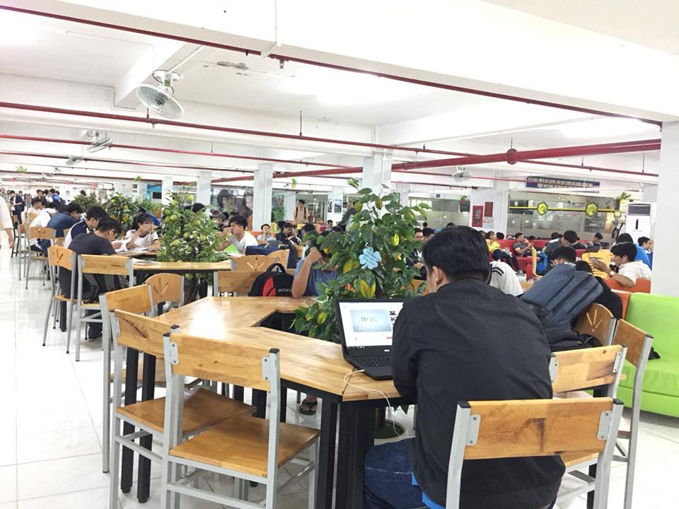 Thư viện chất lượng cao đặt dưới tầng hầm, với sức chứa hơn 500 chỗ ngồi.