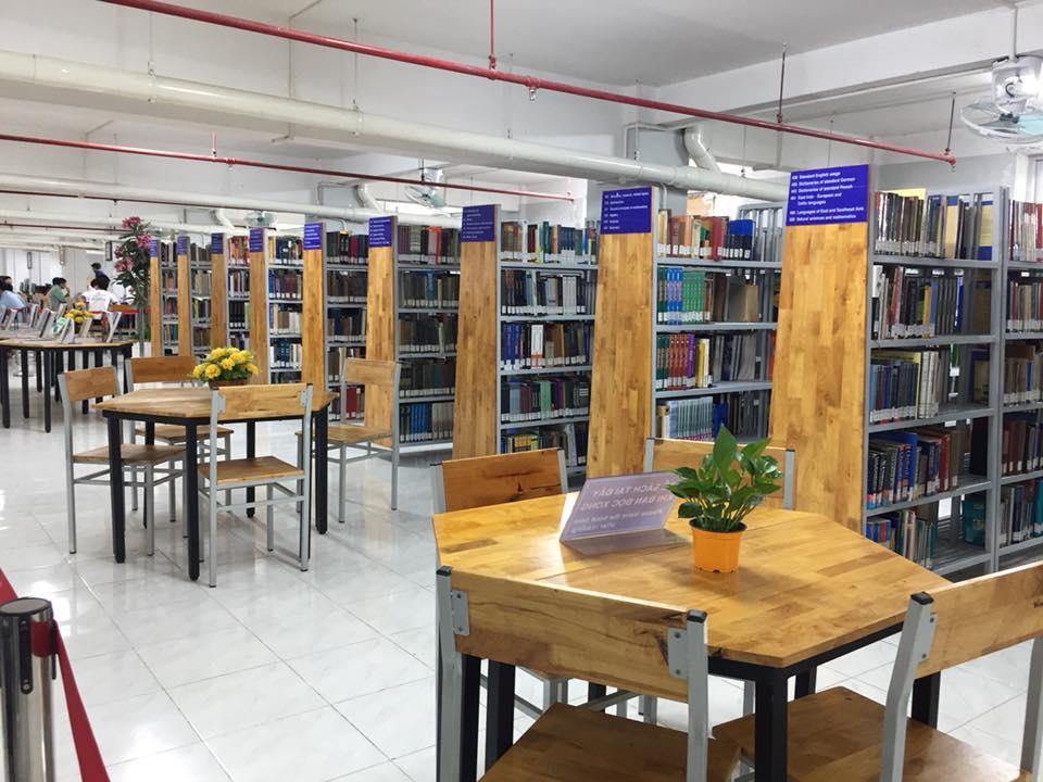 Hàng ngàn đầu sách ngoại văn, tư liệu quý giá có mặt trong thư viện.