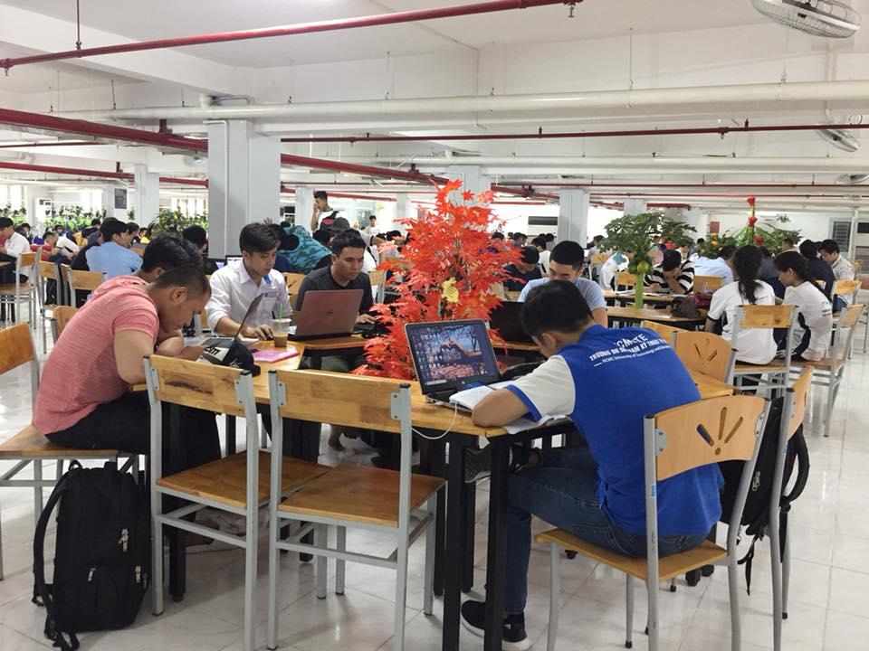 thư viện còn là nơi để các nhóm bạn thảo luận, học tập.