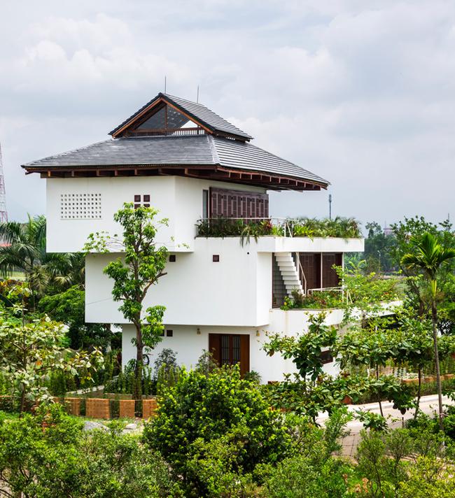 Với thiết kế dạng hộp trượt mới lạ, cách bài trí hài hòa với cảnh quan, kiến trúc xanh thân thiện với môi trường, ngôi nhà đã được Tạp chí kiến trúc ArchDaily dành cho khá nhiều lời khen ngợi.