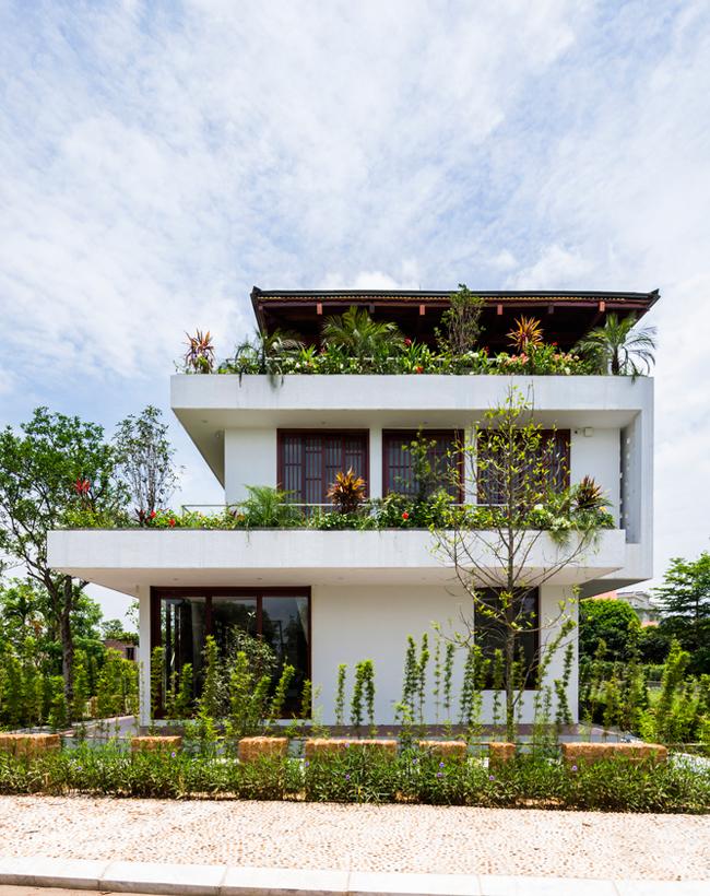 Ứng dụng thiết kế Nhật Bản vào kiến trúc, ngôi nhà có mái bằng gỗ lợp ngói xanh, kiếu mái quen thuộc trong các công trình ở đất nước mặt trời mọc, hệ thống cửa chính, cửa sổ cũng sử dụng dạng cửa gỗ trượt kiểu Nhật.