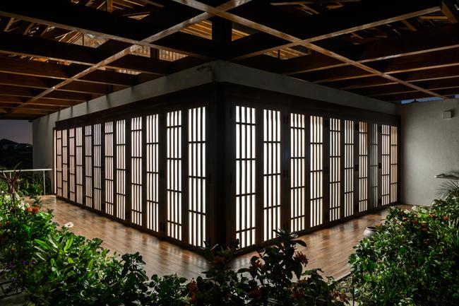 Chất liệu gỗ cũng được sử dụng rất nhiều trong xây dựng và cả nội thất của ngôi nhà.