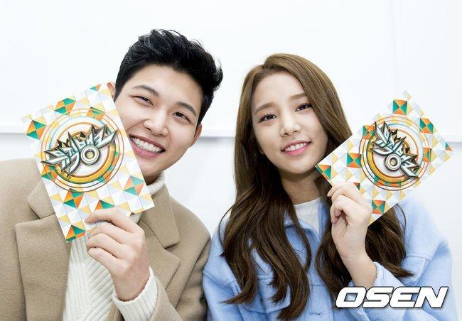 """Cùng Solbin (LABOUM) làm MC cho """"Music Bank""""."""