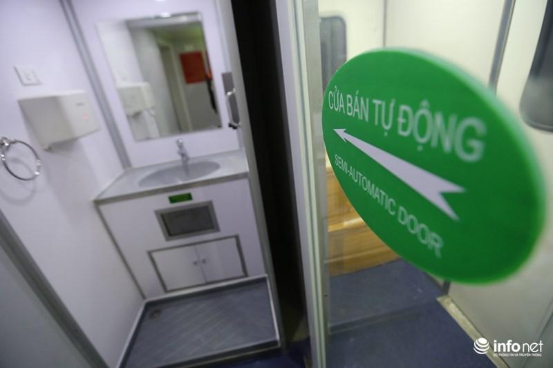 Hệ thống cửa của những toa này được vận hành theo hình thức bán tự động.