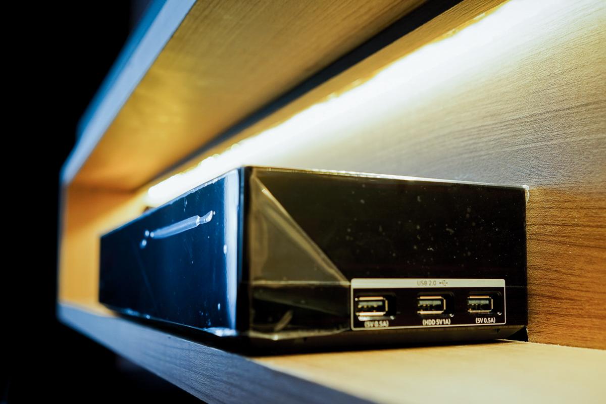 Hộp kết nối đi kèm chính là giải pháp giúp TV Samsung gọn gàng hơi bởi mọi dây cáp và kết nối đã được tích hợp vào đây.