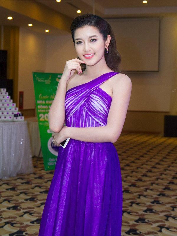 Bộ đầm tím duyên dáng này đã giúp Huyền My lọt vào danh sách những mỹ nhân Việt mặc lộng lẫy nhất nhưng chất vải bóng sáng cùng cách trang điểm nhấn sắc nét vào đôi mắt lại khiến cô như già dặn hơn.
