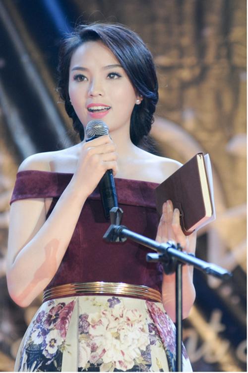 Hoa hậu Kỳ Duyên trông không khác gì một quý bà trong chiếc đầm nhung sang trọng.