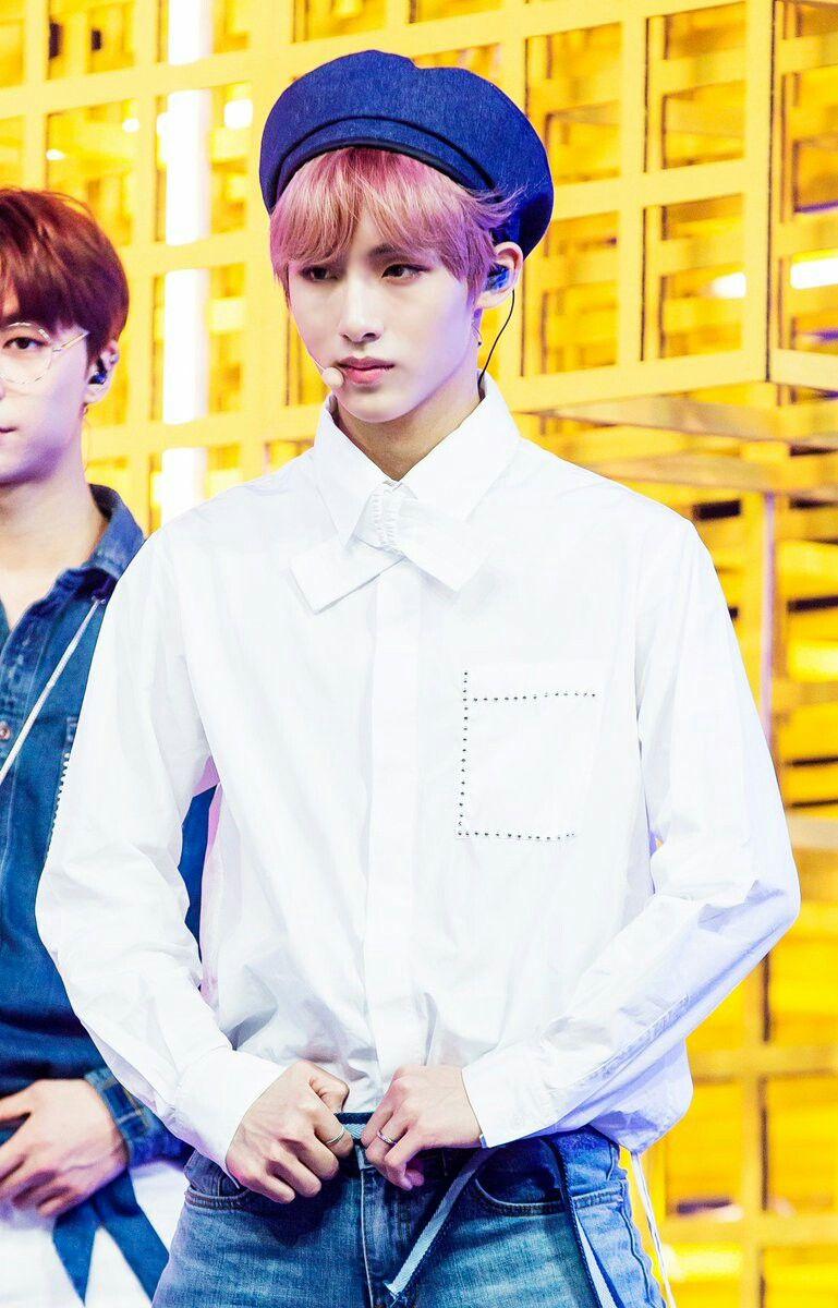 Chàng idol trông thật tươi sáng với áo trắng cùng mũ beret xanh và mái tóc ánh hồng.