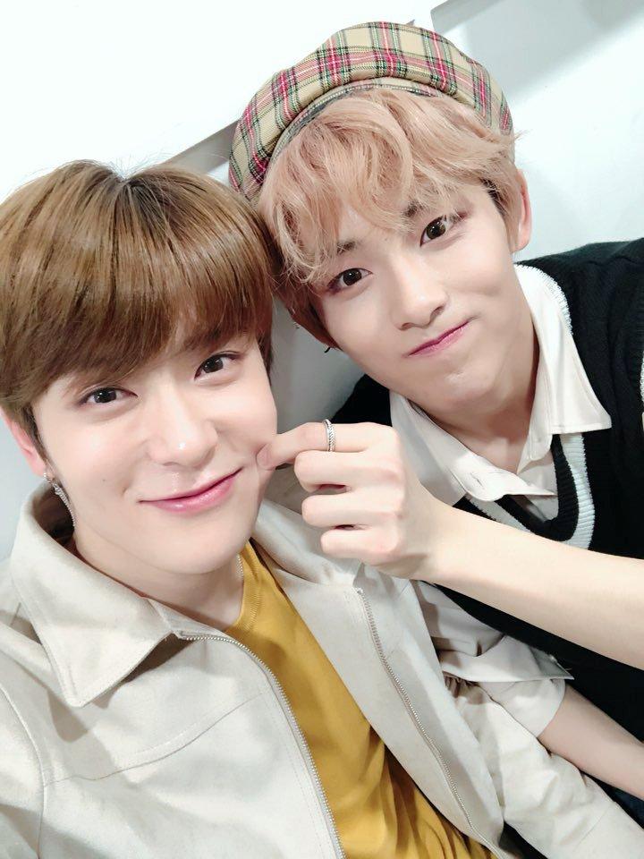"""Tấm hình selfie của Winwin và Jaehyun làm fan nữ """"rụng tim""""."""