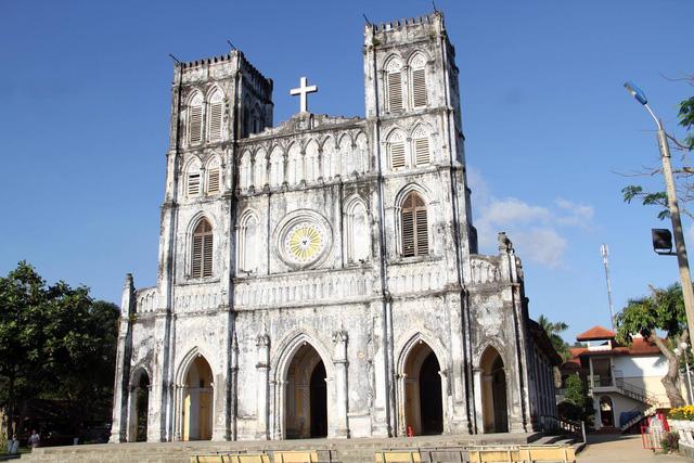 Nhà thờ được xây dựng trong khuôn viên rộng hơn 5.000 m2.