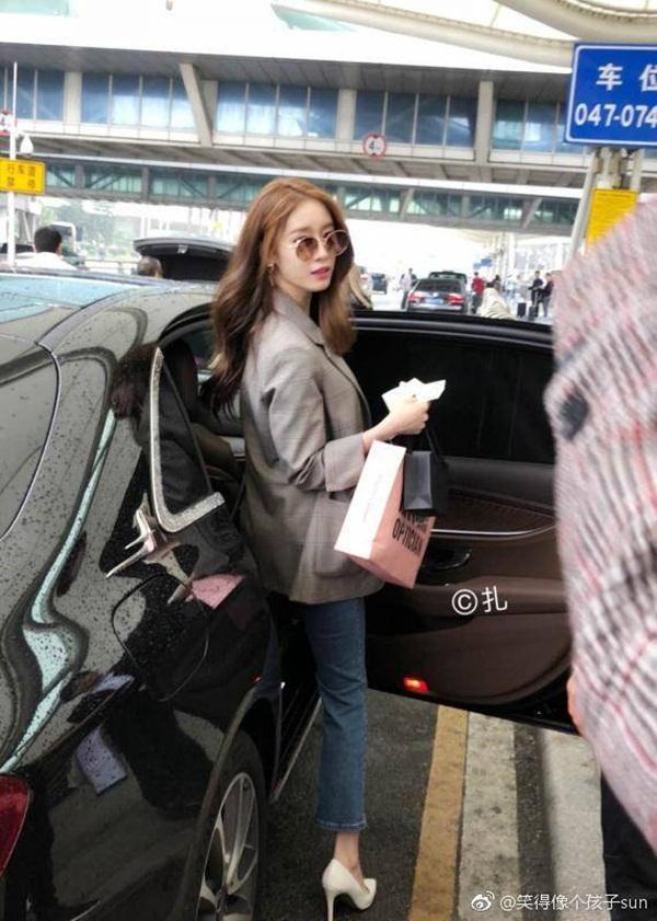 """Hóa ra, Jiyeon đến đấy để thảo luận và kí hợp đồng với """"ngôi nhà mới"""" của mình."""