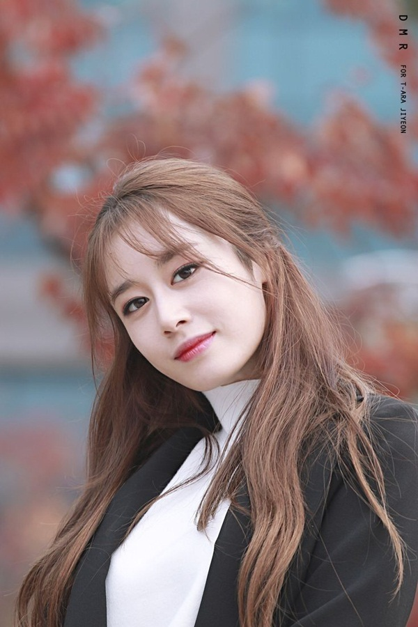 """Đại diện Longzhen Culture chia sẻ: """"Công ty và Jiyeon đã làm việc cùng nhau khá lâu và xây dựng mối quan hệ dựa trên đó. Vì vậy, chúng tôi sẽ tiếp tục hỗ trợ cô ấy trong tương lai""""."""