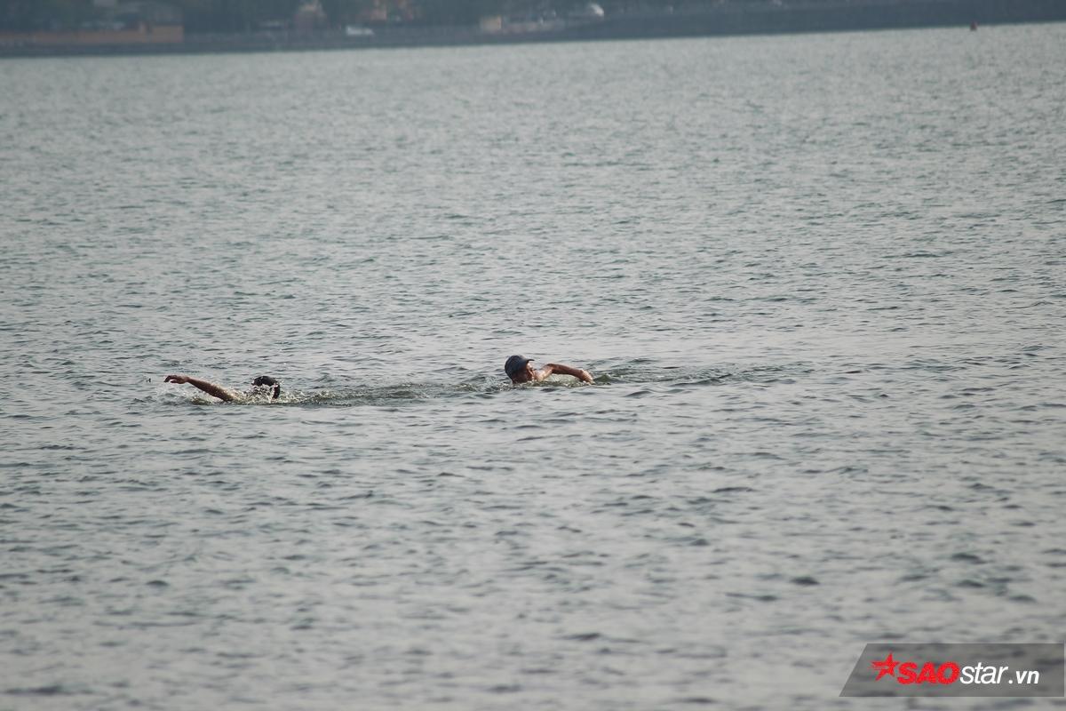 Mọi người mải miết, bơi ra đến giữa hồ.