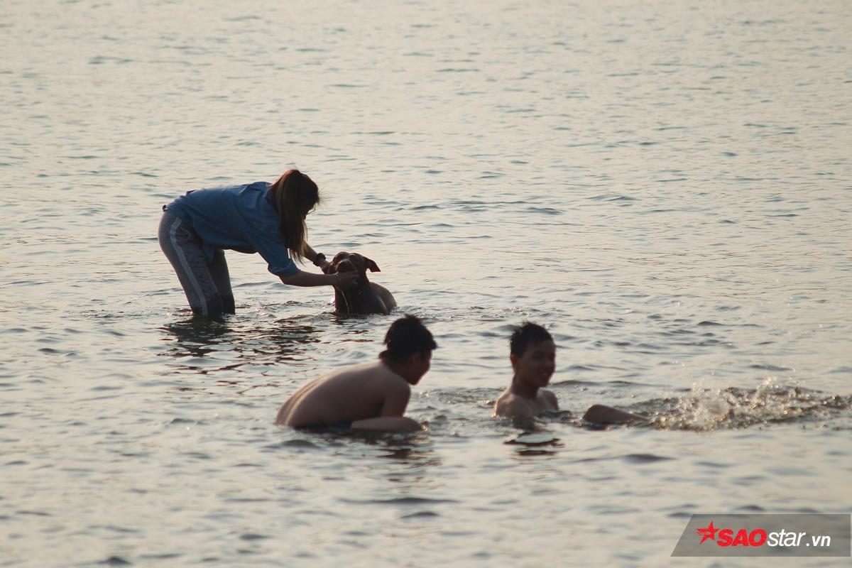 Mặt hồ đông vui, có cả người già, trẻ nhỏ, phụ nữ và thậm chí là cả… thú cưng.