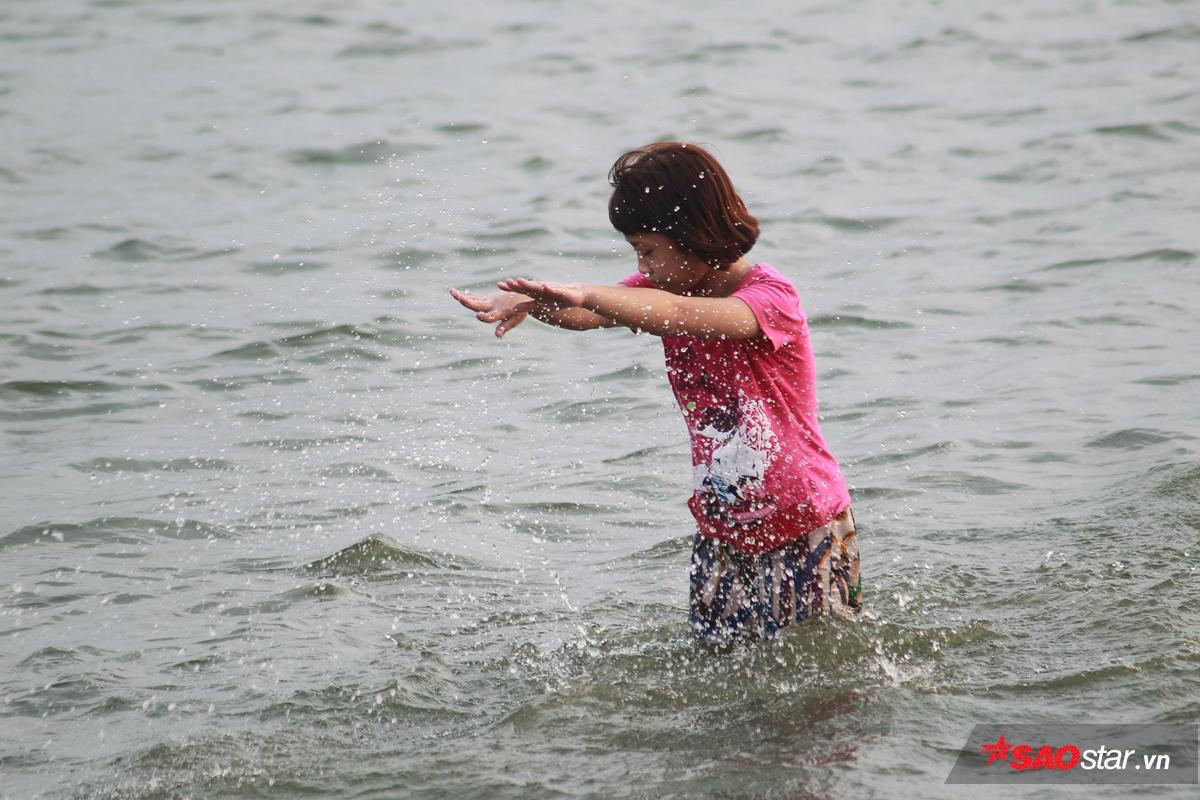 Một bé gái đang học bơi ở hồ Tây.