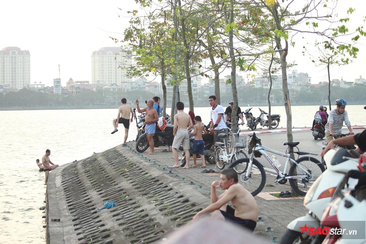 Người dân tập trung quanh hồ Tây, chuẩn bị xuống tắm.