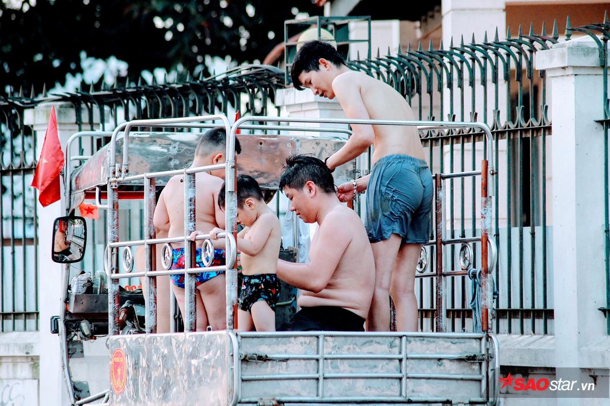Nhiều người di chuyển bằng xe 3 gác chở hàng để tới hồ Tây.