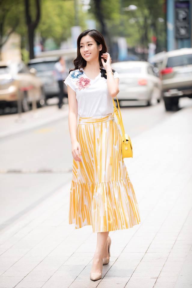 Thả dáng xinh tươi trên phố nhưng trang phục này của Đỗ Mỹ Linh được nhận xét là thiếu tinh tế. Chân váy vàng ánh kim kết hợp với áo hoa thì quả nhiên là chưa tinh tế. Chưa kể chiếc clutch nhỏ xinh được chủ nhân cố tình kết hợp cho cùng tông nhưng lại thành tham chi tiết rối mắt.
