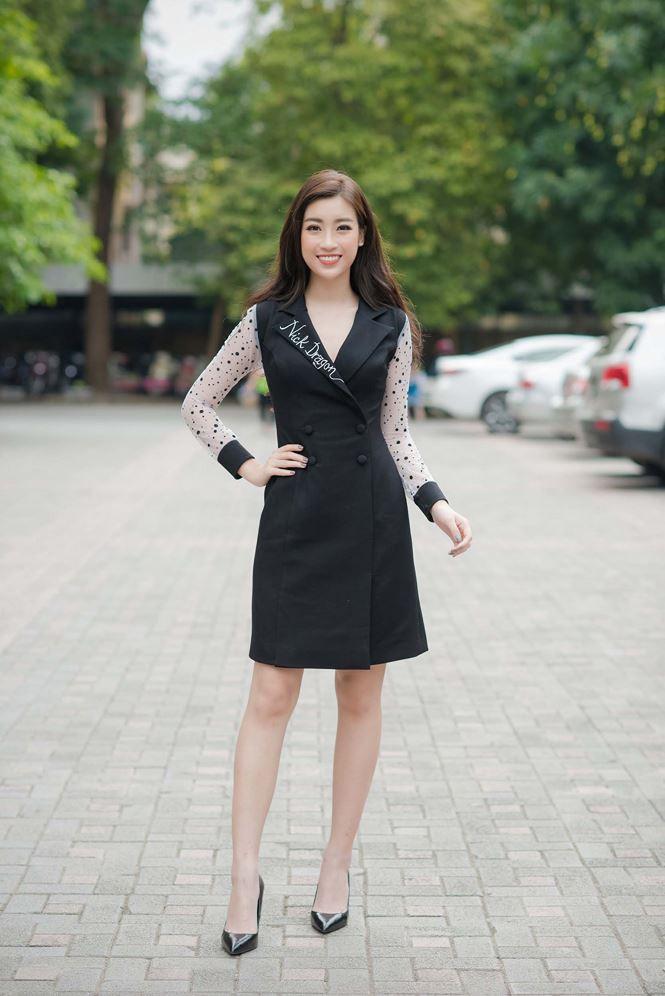 Khó tin đây là thời trang sự kiện của một nàng hậu tươi trẻ. Đỗ Mỹ Linh mặc như một cô nàng công sở đang trên đường đi làm thì tạt ngang dự sự kiện một lúc.