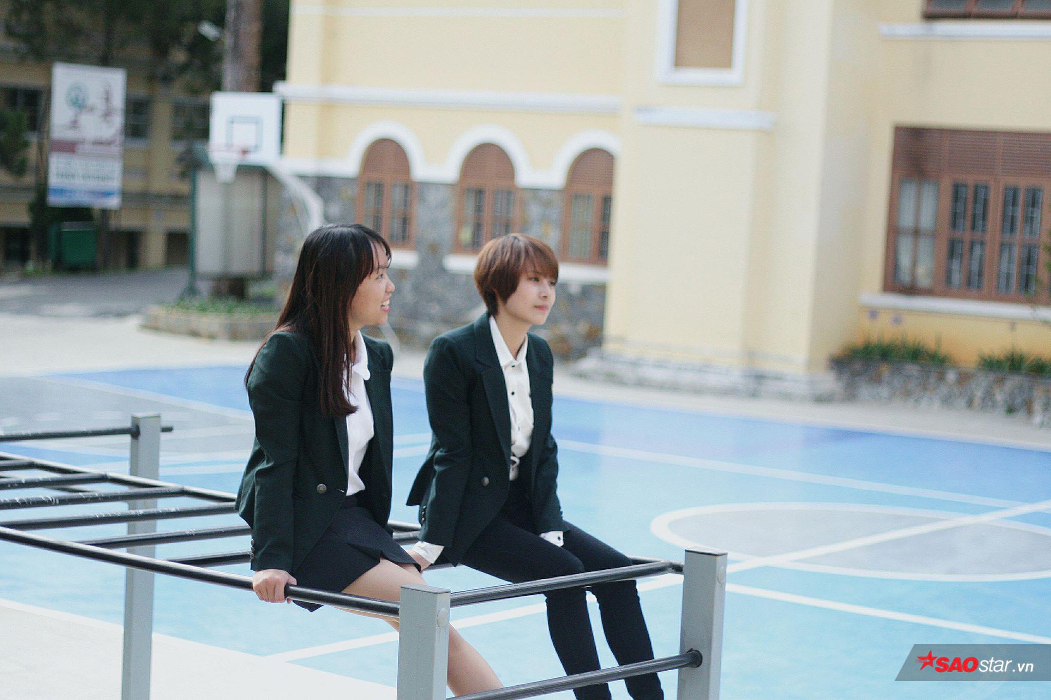 Đồng phục do chính các bạn sinh viên của trường thiết kế với hình ảnh đặc trưng là chiếc áo vest màu xanh già.