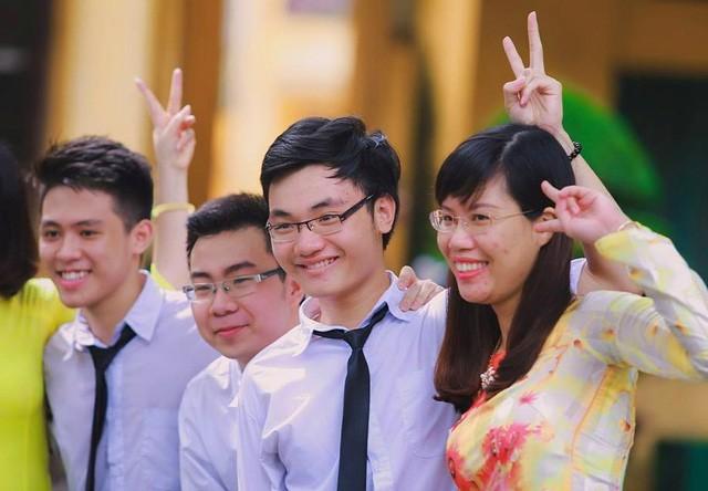 Ở trường, Thắng (thứ 3 từ trái sang) là học trò xuất sắc, Bí thư năng nổ, tính tình khiêm tốn và ôn hòa.