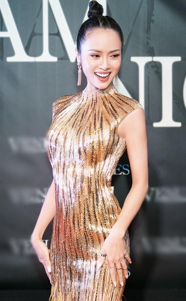 Vũ Ngọc Anh quyến rũ với trang phục ánh vàng.