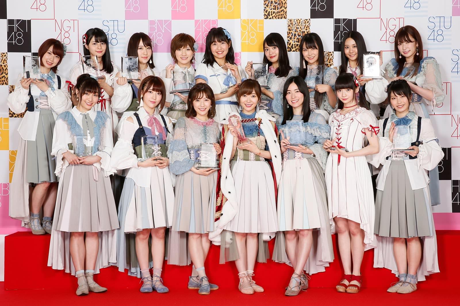 Dàn senbatsu ở kì Senbatsu Sousenkyo 2017. Trong những cô gái này thì có 2 người gật đầu tham gia Produce 48 là Miyawaki Sakura (hàng dưới, đứng thứ 2 từ trái qua phải) và Matsui Jurina (hàng dưới, đứng thứ 3 từ phải qua trái).