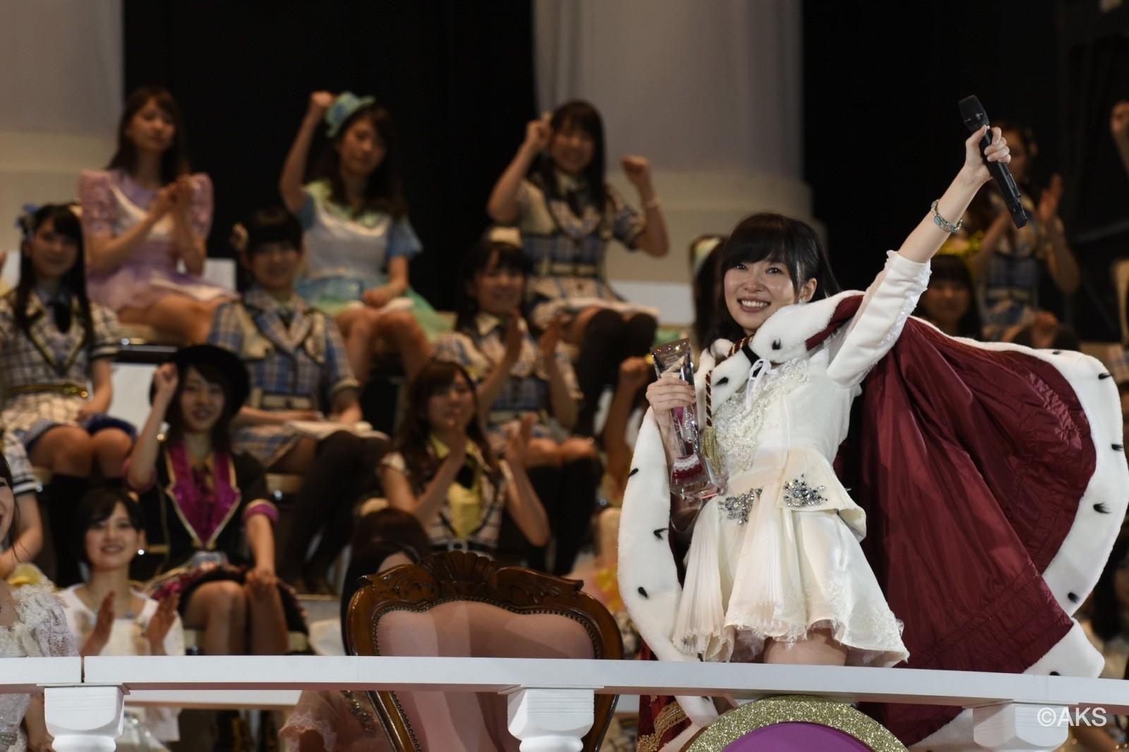 Được cầm chiếc cúp, khoác áo choàng, ngồi trên ngai vàng là mơ ước của bất cứ cô gái nào khi bước vào AKB48.