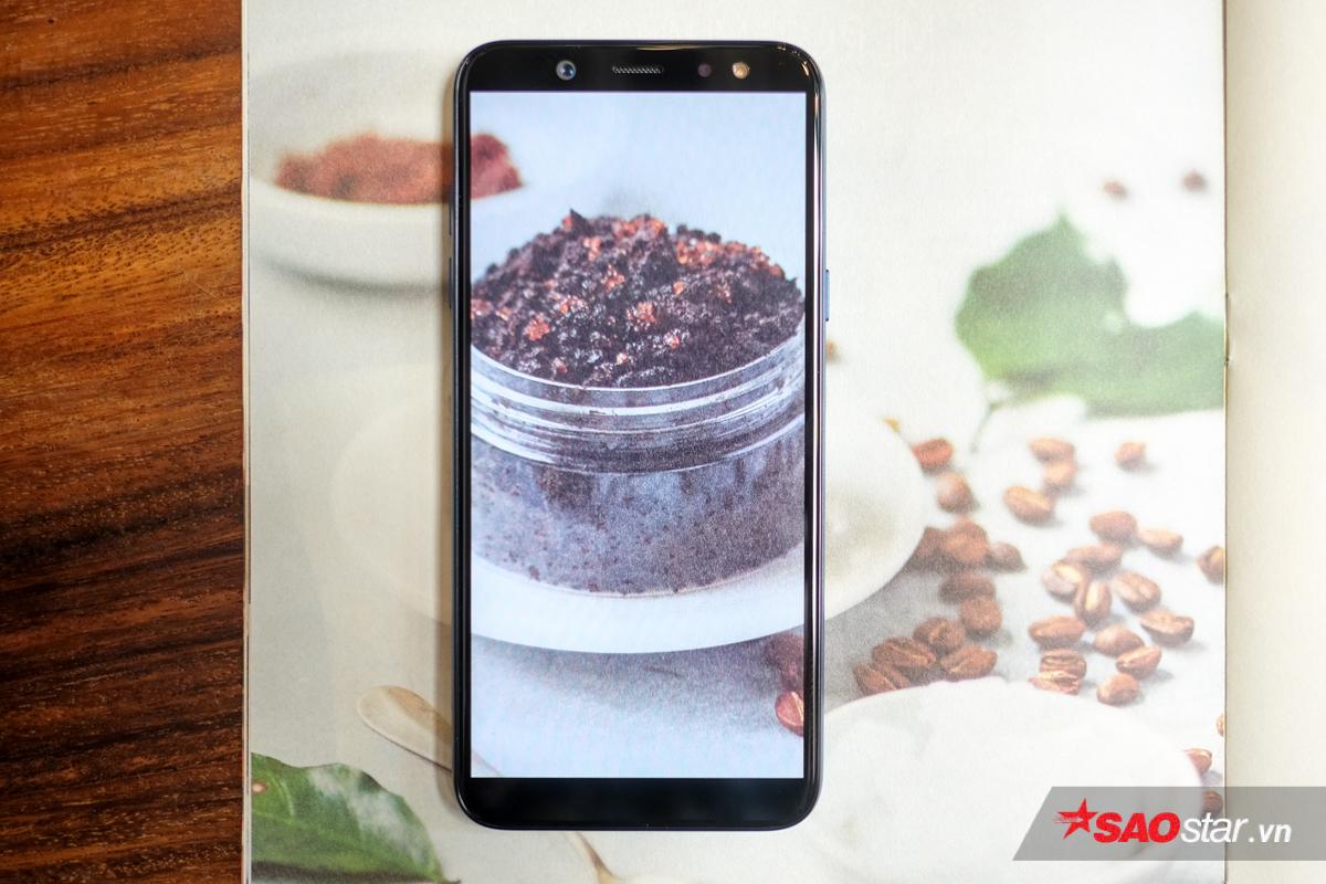 Galaxy A6 trang bị màn hình tràn viền Super AMOLED, kích thước 5.6 inch đạt độ phân giải HD+. Màn hình rộng tỷ lệ 18.5:9 mang đến người dùng những trải nghiệm sử dụng không giới hạn.