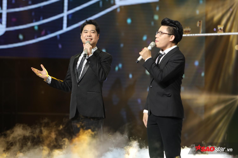 """Đội đầu tiên tham gia phần thi song ca là """"anh ba"""" Ngọc Sơn và học trò Duy Cường. Điều đặc biệt là """"giáo sư âm nhạc"""" đã sáng tác riêng ca khúc"""