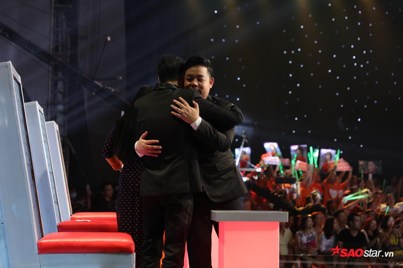 HLV Quang Lê chúc mừng HLV Ngọc Sơn.