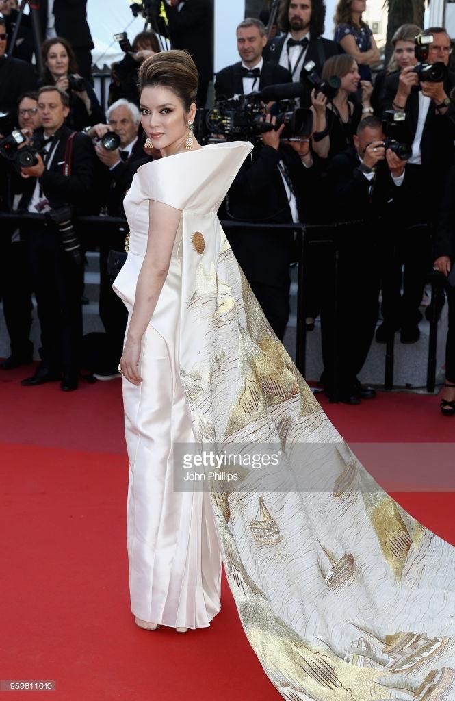 Chiếc váy được lấy cảm hứng từ mặt trời và Vịnh Hạ Long, vừa khoe được sự gợi cảm của cựu Đại sứ du lịch, vừa đẹp tựa bức tranh thuỷ mặc.