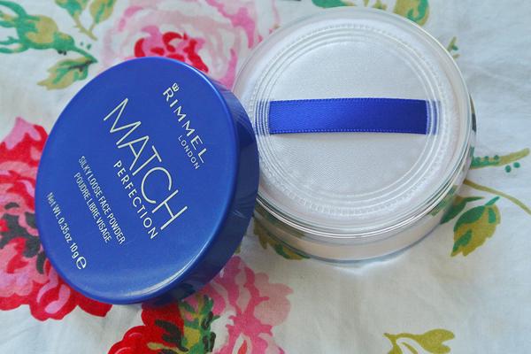 Hộp phấn phủ giá chỉ 5 USD (khoảng 130.000 đồng) của Rimmel London có ưu điểm bám màu lâu, giúp giữ lớp nền đều màu trong nhiều giờ.