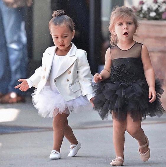 Các em bé nổi tiếng ăn mặc rất hợp thời trang.