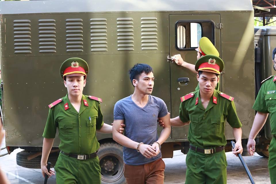Các bị cáo được dẫn giải tới tòa.