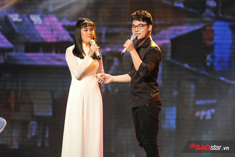 Duy Cường và Quỳnh Trâm thể hiện LK<em>Nhẫn cỏ cho em & Nụ cười biệt ly.</em>