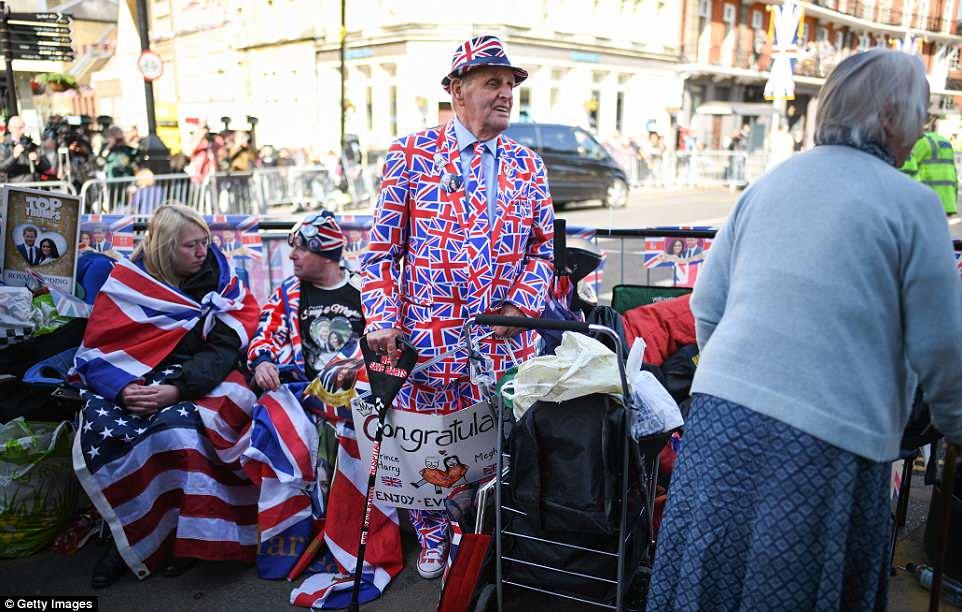 """Bà Donna Werner, 66 tuổi đã vượt gần 5.000 km từ New Fairfield, bang Connecticut, Mỹ tới nước Anh để chung vui cùng Hoàng tử Harry và Meghan chia sẻ: """"Tôi muốn họ bước qua cánh cổng đó. Tôi muốn họ có thể nhìn thấy tôi và vẫy tay, mỉm cười với tôi. Điều đó thật sự thật tuyệt vời"""". Ảnh Getty Images"""