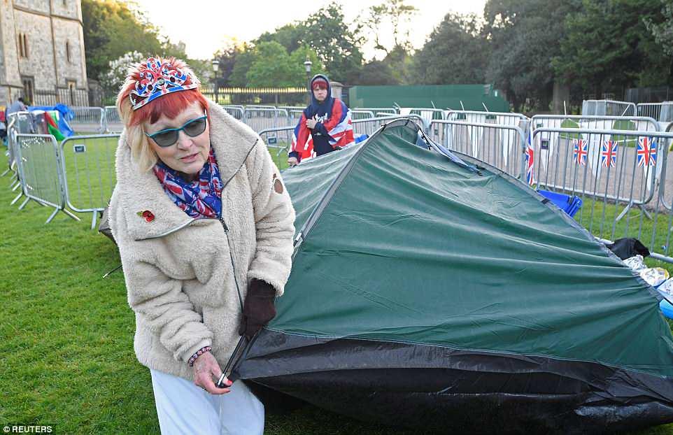 """""""Fan"""" hoàng gia Anh còn cắm trại bên ngoài lâu đài Windsor. Có những người đã chầu chực tại đây 2 đêm ròng."""