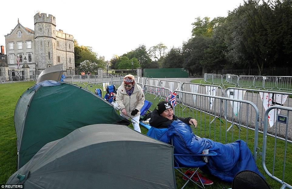 Mặc dù đã có tuổi nhưng cặp đôi này vẫn quyết tâm dựng lều, giữ chỗ để tận mắt chứng kiến đám cưới Hoàng gia Anh. Ảnh Reuters