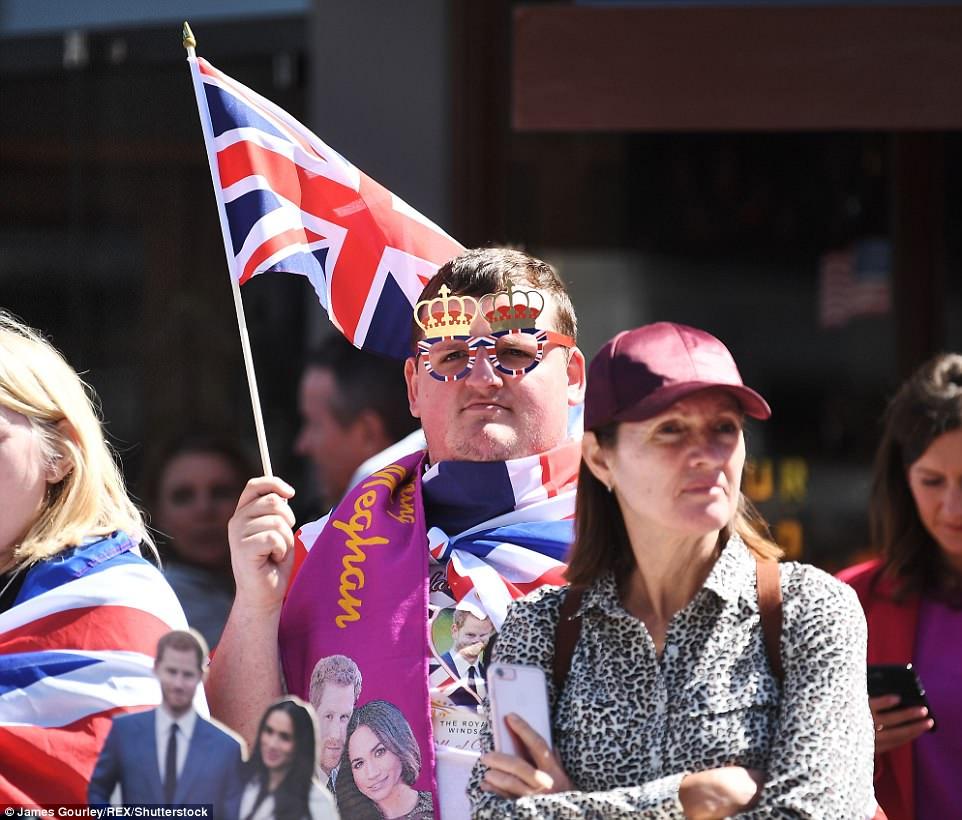 Hàng ngàn người đổ về hướng lâu đài Windsor, mang theo quốc kỳ và quàng khăn, mặc áo có in hình Hoàng tử Harry và Meghan. Ảnh Shutterstock