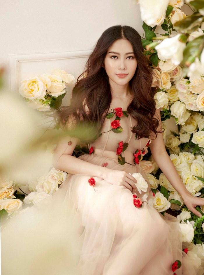 Nếu Midu ngọt ngào xinh xắn như một nàng công chúa, thì Nam Em lại trẻ trung và có phần ấn tượng với thiết kế lần này.