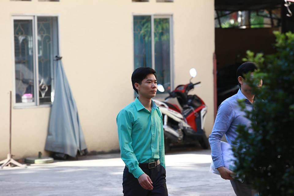 Trong suốt 3 ngày xét xử, bác sĩ Lương liên tục mặc chiếc áo màu xanh. Ảnh chụp ngày 16/5.