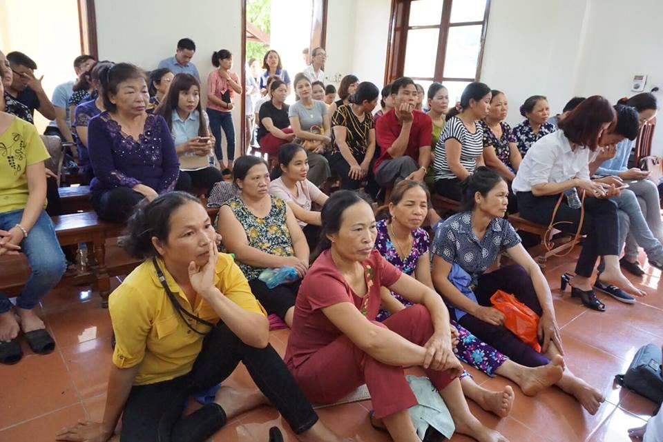 Nhiều người dân Hòa Bình có mặt tại toà theo dõi phiên xét xử.