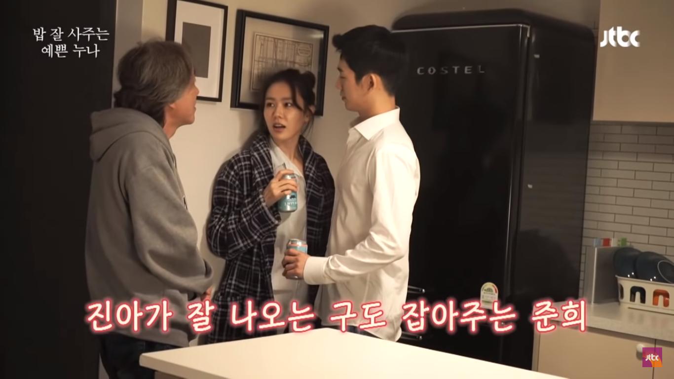 Cặp chị em đang nghe hướng dẫn của đạo diễn Ahn Pan Seok.