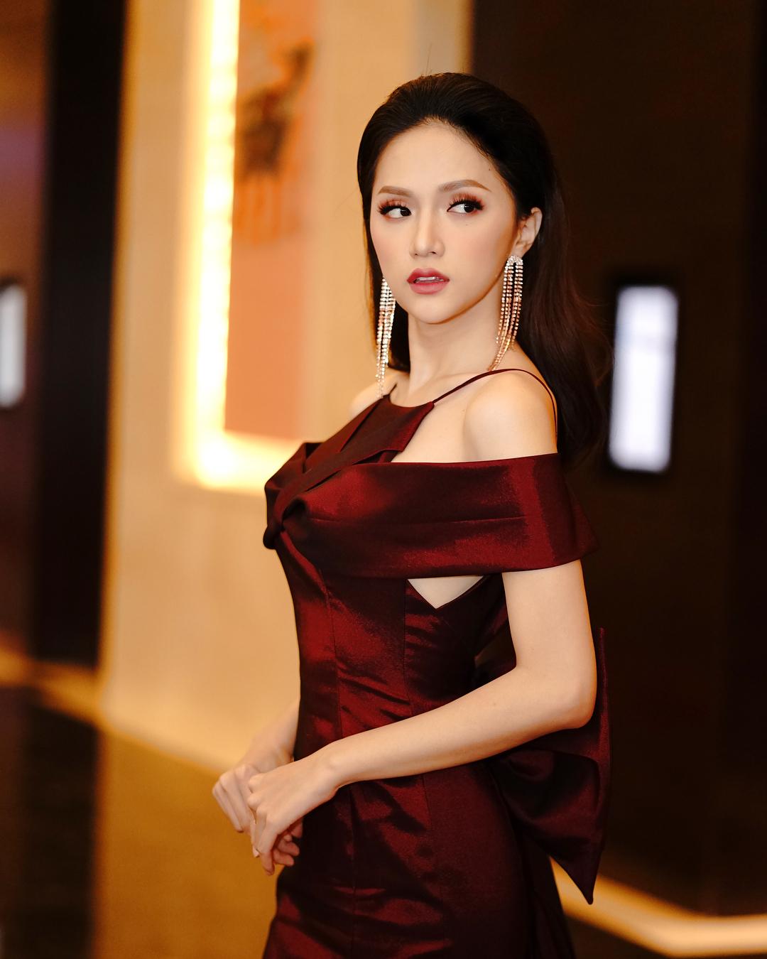 Hoa hậu chuyển giới Hương Giang cũng áp dụng thành công công thức mắt-môi-má cùng màu. Và kiểu trang điểm này còn match tuyệt đối với bộ đầm điệu đà mà cô đang diện.